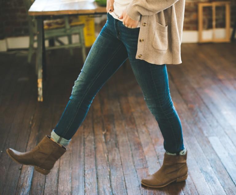 Ragazza con jeans e stivaletti