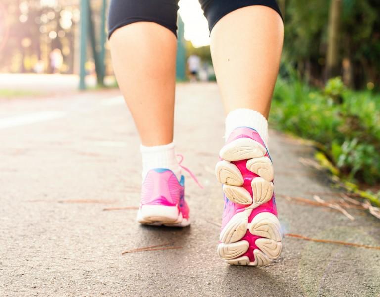 Ragazza che cammina con scarpe da ginnastica