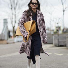 Donna con cappotto a quadri