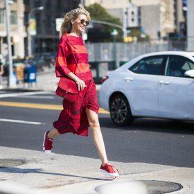 Come indossare un vestito con le sneakers