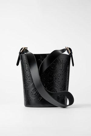 Zara Donna A tracolla - Borsa a tracolla a secchiello intagliata