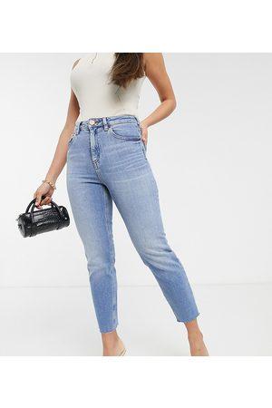 ASOS ASOS DESIGN Petite - Farleigh - Mom jeans slim a vita alta lavaggio medio Pretty Bright con fondo grezzo