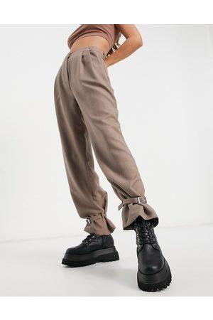 ASOS Donna Leggings & Treggings - Pantaloni color talpa con fibbia sulla caviglia