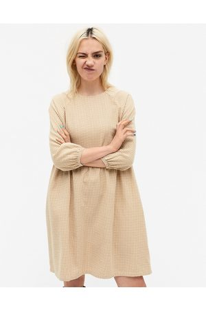 Monki Sol - Vestito grembiule mini in cotone con stampa a quadri color