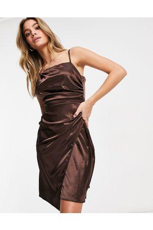 Jaded Rose Vestito avvolgente asimmetrico con gonna al polpaccio in raso cioccolato