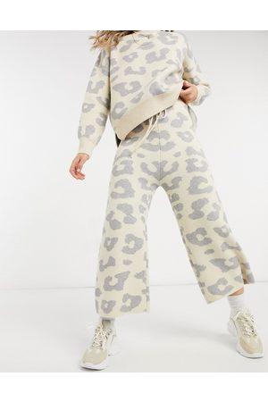 Never Fully Dressed Pantaloni oversize in maglia crema con stampa animalier in coordinato