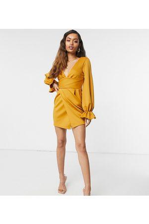 ASOS Petite - Vestito corto avvolgente con scollatura profonda e maniche svasate color senape
