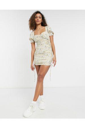 Bardot Vestito corto arricciato a fiori pastello con laccetti e maniche a sbuffo