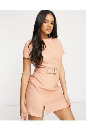 Missguided Vestito in pelle sintetica con cintura con dettaglio con bustino color pesca