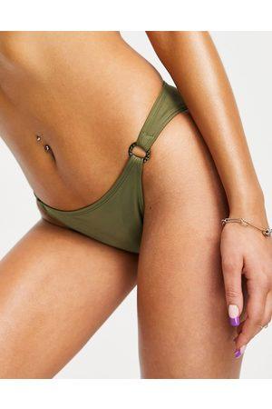 Dorina Kalama - Slip bikini sgambato kaki