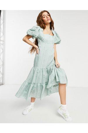 Forever New Vestito grembiule color menta tenue con maniche a sbuffo, scollo squadrato, gonna al polpaccio e fiocco sul retro