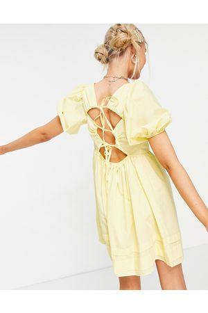 ASOS Vestito grembiule corto con scollo squadrato in cotone con laccetti sul retro, colore limone