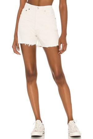 AGOLDE Donna Pantaloncini - X REVOLVE Dee Short in - Cream. Size 23 (also in 24, 25, 26, 27, 28, 29, 30, 31, 32).