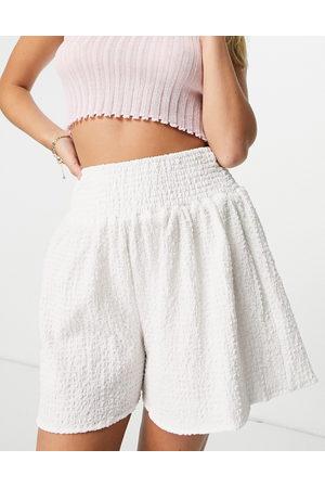 ASOS Pantaloncini bianchi con vita arricciata in tessuto a rilievo-Neutro