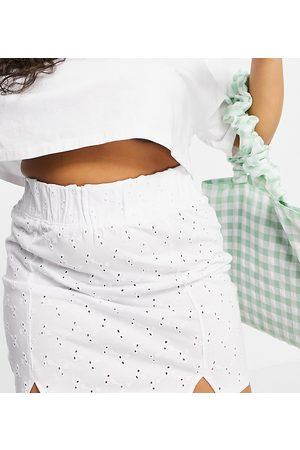 ASOS ASOS DESIGN Curve - Minigonna in pizzo con fascia in vita ampia e arricciata e doppio intaglio sul fondo bianca
