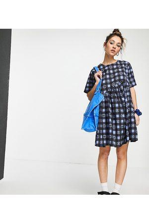 COLLUSION Vestito grembiule corto in tessuto seersucker a quadretti con stampa, colore