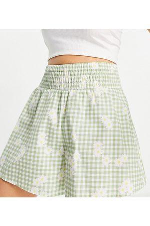 ASOS ASOS DESIGN Petite - Pantaloncini in cotone morbidi con vita arricciata e stampa a fiori verde a quadretti