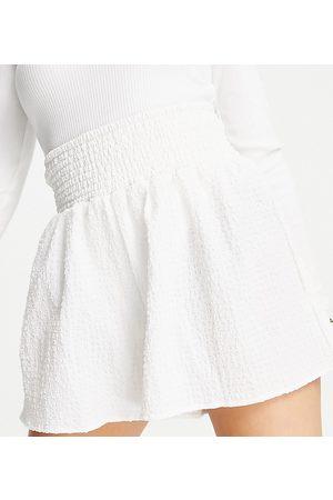 ASOS ASOS DESIGN Petite - Pantaloncini in tessuto a rilievo con vita arricciata