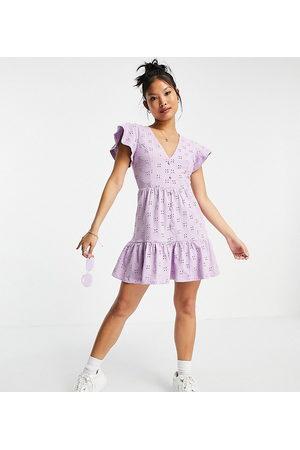 ASOS ASOS DESIGN Petite - Vestito corto con scollo a V in pizzo lilla con fondo peplo e bottoni