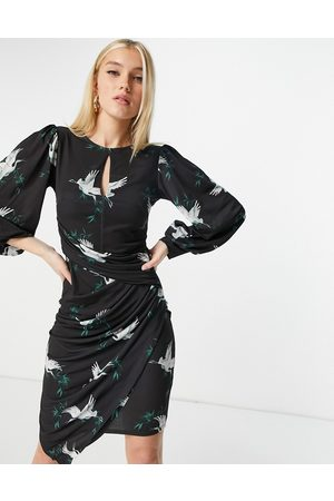 Lipsy London Vestito longuette asimmetrico con ruches e apertura a goccia, colore nero con stampa con uccelli