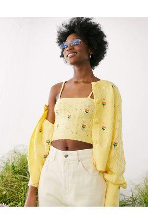 ASOS Cardigan in maglia a trecce con fiori ricamati, colore in coordinato