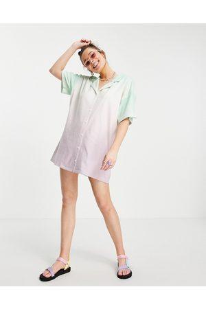 ASOS Curve - Vestito camicia corto in spugna con motivo dip-dye verde e rosa pastello