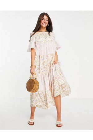 River Island Vestito lungo a balze con scollo alla Bardot con stampa mista