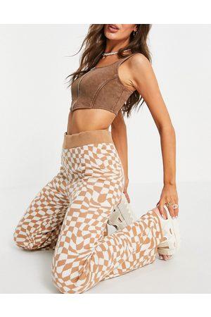 ASOS Pantaloni a zampa in maglia color cammello con stampa a quadri distorti in coordinato-Neutro