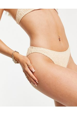 Missguided Slip bikini sgambati in tessuto stropicciato crema