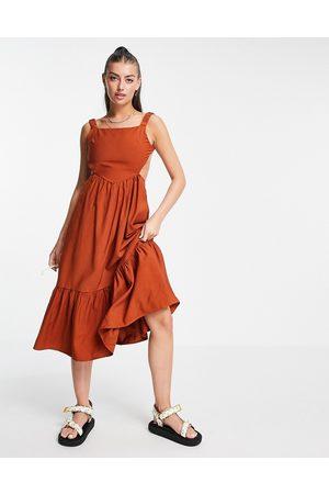 Fashion Union Donna Vestiti scollati - Vestito grembiule midi con schiena scoperta e volant