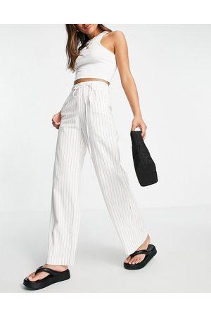 Bershka Pantaloni sartoriali con fondo ampio in lino, colore gessato in coordinato