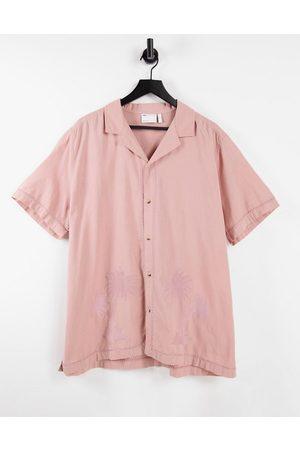 ASOS Uomo Camicie a maniche corte - Camicia regular con rever e ricamo con palme tono su tono polvere effetto lino