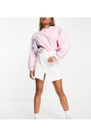 Reclaimed Vintage Inspired - Gonna di jeans lavaggio candeggiato con fascia in vita incrociata