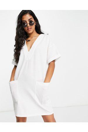 ASOS Vestito camicia oversize effetto lino con scollo a V e tasche, color avorio