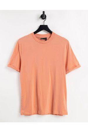 ASOS DESIGN T-shirt in tessuto organico con risvolto sulle maniche