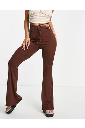 Bershka Pantaloni svasati con lacci avvolgenti color cioccolato