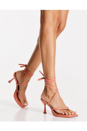 ASOS DESIGN Habit - Sandali infradito allacciati alla caviglia color albicocca verniciato