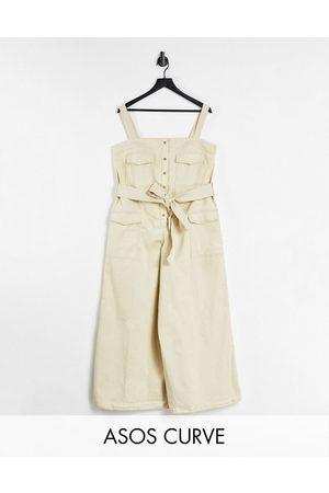 ASOS DESIGN Curve - Tuta jumpsuit salopette color pietra con cuciture a contrasto e bottoni sul davanti-Neutro