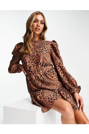 AX Paris Vestito corto a maniche lunghe in misto color cammello con stampa animalier-Neutro