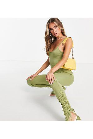 Missyempire Esclusiva - Tuta jumpsuit con spalline sottili e arricciatura sulla gamba color oliva