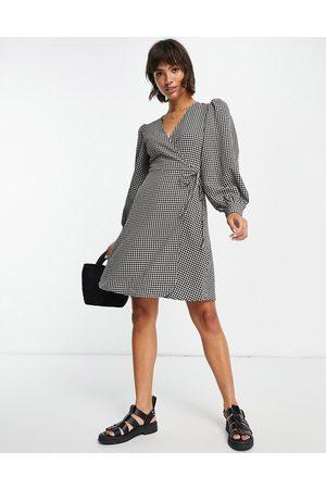 SELECTED Femme - Vestito corto avvolgente con maniche ampie a quadretti monocromatici