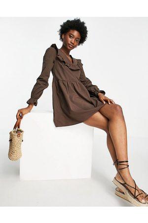 Miss Selfridge Vestito grembiule in popeline cioccolato con volant