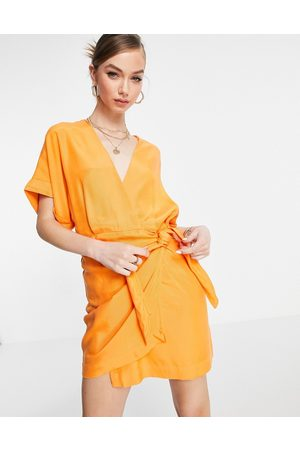 & OTHER STORIES Vestito avvolgente corto in cupro arancione