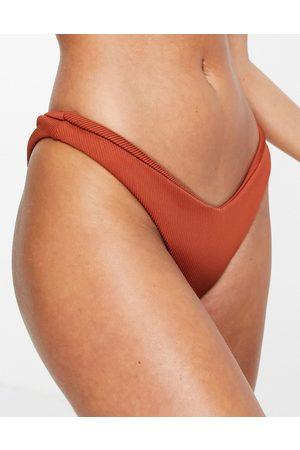Kulani Kinis Slip bikini sgambati color ruggine a coste con davanti a V